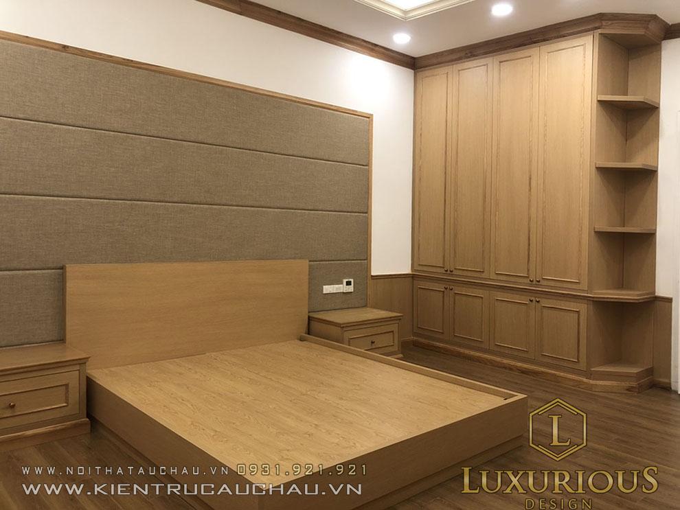 Phòng ngủ Master với các giường và tủ sử dụng gỗ tự nhiên