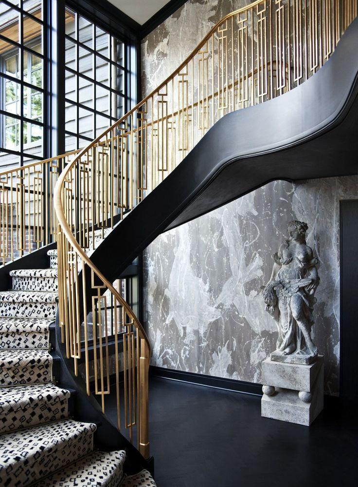 Cầu thang với tay vịn là vật liệu kim loại